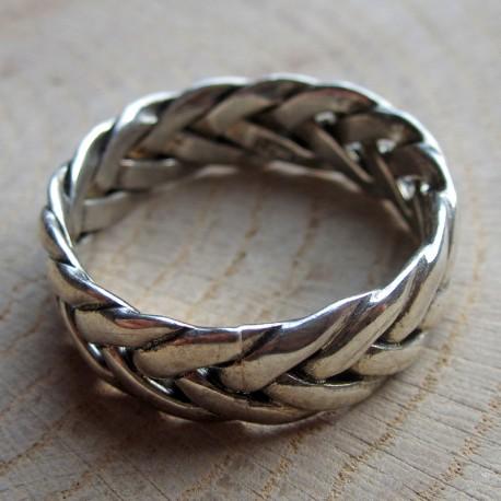 Zilveren ring gevlochten band